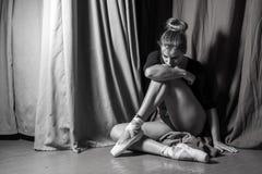 Συνεδρίαση Ballerina στο στάδιο Γραπτή φωτογραφία του Πεκίνου, Κίνα Στοκ Εικόνες
