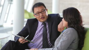 Συνεδρίαση Businesspeople που χρησιμοποιεί την ψηφιακή ταμπλέτα φιλμ μικρού μήκους