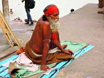 Συνεδρίαση Sadhu στα ghats του ποταμού Γάγκης Στοκ φωτογραφίες με δικαίωμα ελεύθερης χρήσης