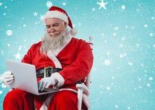 Συνεδρίαση Santa στην καρέκλα και χρησιμοποίηση του lap-top Στοκ εικόνες με δικαίωμα ελεύθερης χρήσης