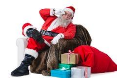 Συνεδρίαση Santa στον καναπέ με το σάκο του χριστουγεννιάτικου δώρου εκτός από τον Στοκ φωτογραφία με δικαίωμα ελεύθερης χρήσης