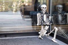 Συνεδρίαση Skelleton στην είσοδο εστιατορίων Στοκ φωτογραφία με δικαίωμα ελεύθερης χρήσης