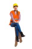 Συνεδρίαση Worket κατασκευής χαμόγελου θηλυκή με τα πόδια που διασχίζονται στοκ φωτογραφίες