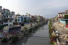 Συνηθισμένος βρώμικος ποταμός στο Κατμαντού, Νεπάλ στοκ εικόνες