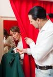 Συνηθισμένο ζεύγος που δοκιμάζει το παλτό Στοκ εικόνα με δικαίωμα ελεύθερης χρήσης