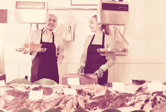 Συνηθισμένο κατάστημα ψαριών και θαλασσινών με δύο πωλητές στο εσωτερικό Στοκ Εικόνες