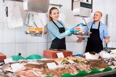 Συνηθισμένο κατάστημα ψαριών και θαλασσινών με δύο πωλητές στο εσωτερικό Στοκ φωτογραφία με δικαίωμα ελεύθερης χρήσης