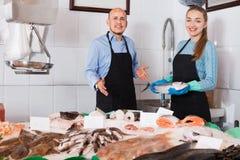 Συνηθισμένο κατάστημα ψαριών και θαλασσινών με δύο πωλητές στο εσωτερικό Στοκ εικόνες με δικαίωμα ελεύθερης χρήσης