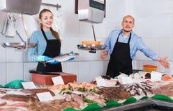 Συνηθισμένο κατάστημα ψαριών και θαλασσινών με δύο πωλητές Στοκ φωτογραφία με δικαίωμα ελεύθερης χρήσης