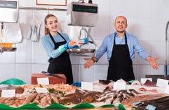 Συνηθισμένο κατάστημα ψαριών και θαλασσινών με δύο φιλικούς πωλητές εσωτερικούς Στοκ Εικόνες