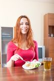Συνηθισμένο κορίτσι που τρώει τις πατάτες Στοκ φωτογραφίες με δικαίωμα ελεύθερης χρήσης
