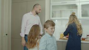 Συνηθισμένο πρωί οικογενειακών εξόδων στην κουζίνα απόθεμα βίντεο