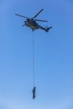 Συνημμένο στρατιώτες ελικόπτερο αερογέφυρας σχοινιών πετώντας Στοκ Εικόνες