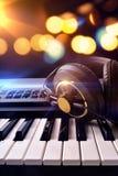 Συνθέτης και ακουστικά με τα φω'τα υποβάθρου στη συναυλία για στοκ φωτογραφία με δικαίωμα ελεύθερης χρήσης