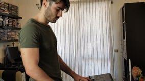 Συνθέτης παιχνιδιού ατόμων με έναν υπολογιστή απόθεμα βίντεο