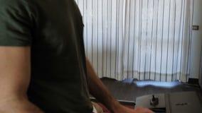 Συνθέτης παιχνιδιού ατόμων με έναν υπολογιστή φιλμ μικρού μήκους