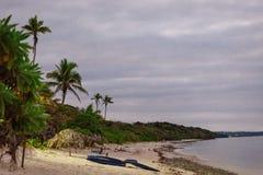 Συννεφιάζω αυγή στην ακτή κοραλλιών των Φίτζι στοκ εικόνα