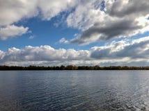 Συννεφιάζω λίμνη φθινοπώρου Στοκ Εικόνες