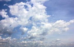 Συννεφιασμένος ουρανού πριν από τους σχηματισμούς σύννεφων βροχής στοκ εικόνες με δικαίωμα ελεύθερης χρήσης
