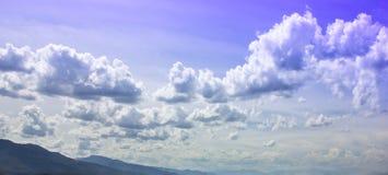 Συννεφιασμένος ουρανού πριν από τους σχηματισμούς σύννεφων βροχής στοκ φωτογραφία με δικαίωμα ελεύθερης χρήσης