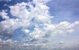 Συννεφιασμένος ουρανού πριν από τους σχηματισμούς σύννεφων βροχής στοκ φωτογραφία