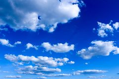 Συννεφιασμένος ουρανού της Γερμανίας με τα σύννεφα, μπλε ουρανός με τα λιποθυμημένα και διασκορπισμένα σύννεφα στοκ εικόνες με δικαίωμα ελεύθερης χρήσης