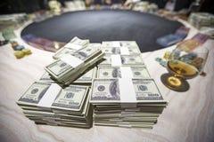 Συνολικά εκατοντάδες των δολαρίων Η στοιχημάτιση είναι ένα στοίχημα για τους επενδυτές Η έννοια παιχνιδιού Οι επιχειρηματίες παίζ στοκ εικόνα