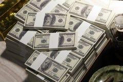 Συνολικά εκατοντάδες των δολαρίων Η στοιχημάτιση είναι ένα στοίχημα για τους επενδυτές Η έννοια παιχνιδιού Οι επιχειρηματίες παίζ στοκ εικόνες