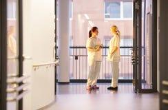 Συνομιλία νοσοκόμων Στοκ φωτογραφίες με δικαίωμα ελεύθερης χρήσης