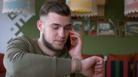 Συνομιλία τηλεφωνήματος λήξης ατόμων που ελέγχει το χρόνο στο smartwatch του απόθεμα βίντεο
