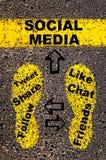 συνομιλίες έννοιας επικοινωνίας δεσμών που έχουν τους ανθρώπους μέσων κοινωνικούς ανασκόπησης τα μαύρα γίνοντα εικόνα χρήματα σπι Στοκ φωτογραφία με δικαίωμα ελεύθερης χρήσης