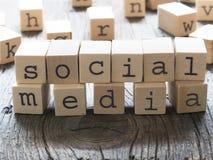 συνομιλίες έννοιας επικοινωνίας δεσμών που έχουν τους ανθρώπους μέσων κοινωνικούς Στοκ εικόνα με δικαίωμα ελεύθερης χρήσης