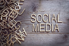 συνομιλίες έννοιας επικοινωνίας δεσμών που έχουν τους ανθρώπους μέσων κοινωνικούς Στοκ φωτογραφία με δικαίωμα ελεύθερης χρήσης