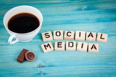συνομιλίες έννοιας επικοινωνίας δεσμών που έχουν τους ανθρώπους μέσων κοινωνικούς Κούπα καφέ και ξύλινες επιστολές στο ξύλινο υπό Στοκ Εικόνες