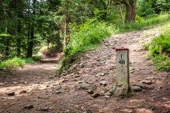 Συνοριακή θέση στο ίχνος βουνών Στοκ εικόνα με δικαίωμα ελεύθερης χρήσης