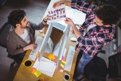 Συντάκτες φωτογραφιών που εργάζονται στο γραφείο υπολογιστών στο δημιουργικό γραφείο Στοκ Εικόνα