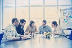 Συντάκτες φωτογραφιών στην αίθουσα συνεδριάσεων στοκ φωτογραφία με δικαίωμα ελεύθερης χρήσης