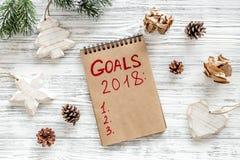 Συντάξτε έναν κατάλογο στόχων για το 2018 Σημειωματάριο και διακόσμηση Χριστουγέννων στην ξύλινη τοπ άποψη υποβάθρου Στοκ εικόνα με δικαίωμα ελεύθερης χρήσης