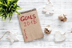 Συντάξτε έναν κατάλογο στόχων για το 2018 Σημειωματάριο και διακόσμηση Χριστουγέννων στην ξύλινη τοπ άποψη υποβάθρου Στοκ εικόνες με δικαίωμα ελεύθερης χρήσης