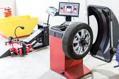 Συντήρηση αυτοκινήτων και κέντρο υπηρεσιών Εξοπλισμός επισκευής και αντικατάστασης ροδών οχημάτων Εποχιακή αλλαγή ροδών στοκ εικόνες