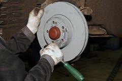 Συντήρηση και επισκευή του αυτοκινήτου Αντικατάσταση του δίσκου φρένων Στοκ φωτογραφία με δικαίωμα ελεύθερης χρήσης