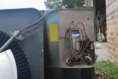 Συντήρηση κλιματιστικών μηχανημάτων, σπείρα συμπυκνωτών συμπιεστών στοκ εικόνα