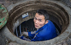 Συντήρηση των υπόγειων εργαζομένων σωληνώσεων Στοκ Φωτογραφία