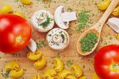 Συνταγές ζυμαρικών ντοματών μανιταριών μαϊντανού σκόρδου Στοκ εικόνα με δικαίωμα ελεύθερης χρήσης