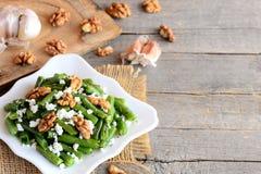 Συνταγή σαλάτας θερινών πράσινη φασολιών Βαλσαμική πράσινη σαλάτα φασολιών με το τυρί εξοχικών σπιτιών, τα ξεφλουδισμένα ξύλα καρ Στοκ Φωτογραφίες