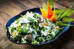 Συνταγή σαλάτας σπανακιού στο ξύλινο υπόβαθρο στοκ φωτογραφίες