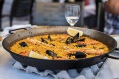 Συνταγή Paella για δύο στο παραδοσιακό τηγάνι, συνταγή από τη Μεσόγειο Στοκ Εικόνες