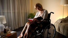Συνταξιούχες οικογενειακές φωτογραφίες γυναικείας εξέτασης στο λεύκωμα στο σπίτι, ζωή συνταξιούχων, νοσταλγία στοκ φωτογραφίες με δικαίωμα ελεύθερης χρήσης