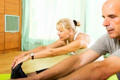 Συνταξιούχοι που κάνουν τις ασκήσεις εσωτερικές Στοκ Φωτογραφία