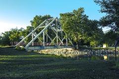 Συνταξιούχος γέφυρα τριγώνων στο πάρκο στοκ φωτογραφίες